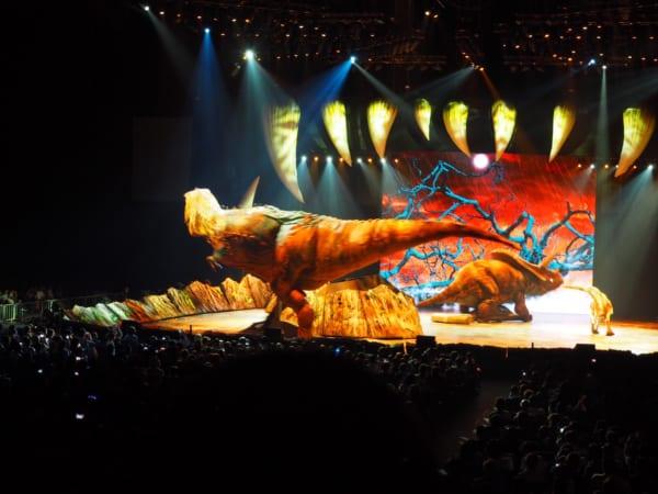 ティラノサウルスが威嚇